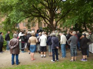 Morten Lander Andersen fortæller om Classens Have til en gruppe